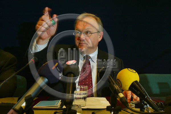 BRUSSELS - BELGIUM - 26 MARCH 2004--Second day of the EU-Summit during the Irish Presidency--Swedish Prime Minister Goran PERSSON (L) (Goeran, G?ran) pointing at the national press briefing. -- PHOTO: ERIK LUNTANG / EUP-IMAGES