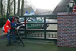 Am Freitag morgen gegen 02 Uhr erhielt die Polizei einen Notruf vom Reiterhof Schockemoehle in Muehlen bei Lohne (Landkreis Vechta). <br /> Vier bewaffnete Maenner waren dort gealtsam in das Wohnhaus der prominenten Reiterfamilie Schockemoehle eingedrungen. Das Ehepaar Alwin und Rita Schockemoehle wurde im Schlaf ueberrascht, gefesselt, bedroht und zur Herausgabe von Schmuck und Bargeld gezwungen.<br /> Bei den Taetern handelt es sich vermutlich um Osteuropaer, da sie in einem gebrochenen Deutsch sprachen. Sie waren mit einer Art Strickmuetze maskiert.<br /> Das Ehepaar Schockemoehle blieb bis auf einen Schock angeblich unverletzt. <br /> Die Polizei rueckte mit einem Gro&szlig;aufgebot an, um das gro&szlig;flaechige Areal des Hofes und der angrenzenden Waelder nach den Fluechtigen zu durchsuchen. <br /> <br /> <br /> Foto &copy; nordphoto
