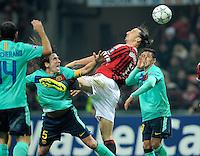 FUSSBALL   CHAMPIONS LEAGUE   SAISON 2011/2012     23.11.2011 AC Mailand - FC Barcelona Carles Puyol (li, Barca) gegen Zlatan Ibrahimovic (Mitte, AC Mailand) gegen Xavi Hernandez (Barca)