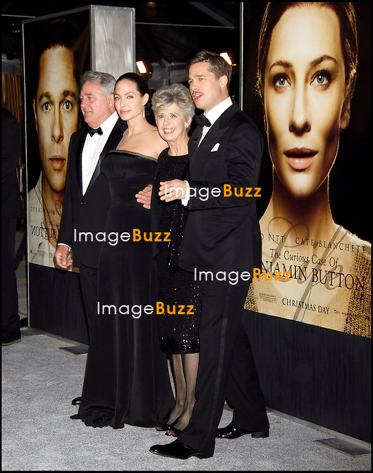 """ THE CURIOUS CASE OF BENJAMIN BUTTON "" MOVIE PREMIERE, AT THE MANN'S VILLAGE THEATER IN WESTWOOD..LOS ANGELES, DECEMBER 8, 2008...Pic :  Angelina Jolie & Brad Pitt & his parents"