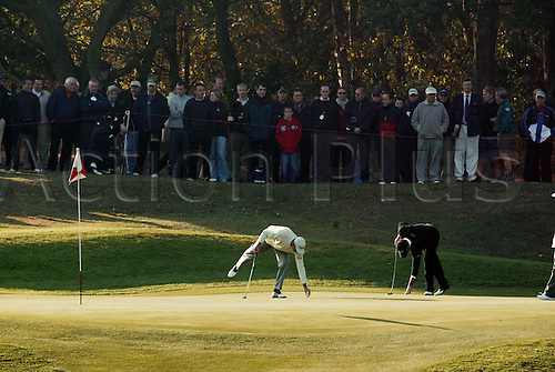 October 16, 2003:American golfer LEN MATTIACE (USA) marks his ball on the 2nd Green during the first round of the HSBC World Matchplay Championship at Wentworth, Mattiace lost to Thomas Bjorn 4&3. Photo: Glyn Kirk/action plus...match play golf 031016 player matchplay