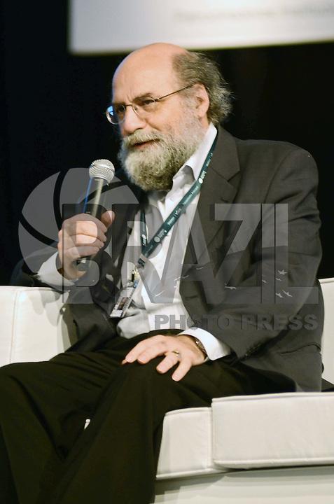 SÃO PAULO, SP, 07 DE FEVEREIRO DE 2012 - CAMPUS PARTY - DEBATE - INOVACAO TECNOLOGICA FORCA MOTRIZ PARA O DESENVOLVIMENTO ECONOMICO   - O diretor-presidente do Núcleo de Informação e Coordenação do Ponto BR Demi Getschko , durante debate - Inovação tecnológica: força motriz para o desenvolvimento econômico no Campus Party, no Anhembi em Sao Paulo, na tarde desta terça-feira. (FOTO: ALEXANDRE MOREIRA - NEWS FREE).