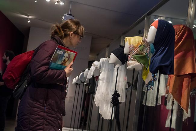 Juedisches Museum zeigt Schau zu Peruecke, Burka und Ordenstracht.<br /> Das Juedische Museum Berlin widmet sich vom 31. Maerz 2017 an in einer Ausstellung der Verhuellung der Frau. Unter dem Titel &bdquo;Cherchez la femme. Peruecke, Burka, Ordenstracht&ldquo; gehe die Schau der Frage auf den Grund, wie viel sichtbare Religiositaet saekulare Gesellschaften heute vertragen, kuendigte das Museum am Dienstag an.<br /> Auffallende religioese Kleidung von Frauen gelte oft als Provokation und sei verbalen Attacken ausgesetzt. Die Ausstellung werfe einen Blick auf die Urspruenge weiblicher Verschleierung und ihre religioesen Bedeutung fuer Judentum, Christentum und Islam.<br /> Auf 400 Quadratmetern werden bis zum 2. Juli die unterschiedlichen Einstellungen zum Umgang mit der weiblichen Verhuellung von Kopf und Koerper seit der Antike gezeigt. Dabei wird die Stellung der Frau zwischen Religion und Selbstbestimmung thematisiert - von der Tradition bis zum religioesen Feminismus. Kuenstlerische Arbeiten reflektieren den Angaben zufolge die Relevanz traditioneller Braeuche fuer die Gegenwart. In Video-Installationen kommen zudem juedische und muslimische Frauen aller Richtungen zu Wort.<br /> 30.3.2017, Berlin<br /> Copyright: Christian-Ditsch.de<br /> [Inhaltsveraendernde Manipulation des Fotos nur nach ausdruecklicher Genehmigung des Fotografen. Vereinbarungen ueber Abtretung von Persoenlichkeitsrechten/Model Release der abgebildeten Person/Personen liegen nicht vor. NO MODEL RELEASE! Nur fuer Redaktionelle Zwecke. Don't publish without copyright Christian-Ditsch.de, Veroeffentlichung nur mit Fotografennennung, sowie gegen Honorar, MwSt. und Beleg. Konto: I N G - D i B a, IBAN DE58500105175400192269, BIC INGDDEFFXXX, Kontakt: post@christian-ditsch.de<br /> Bei der Bearbeitung der Dateiinformationen darf die Urheberkennzeichnung in den EXIF- und  IPTC-Daten nicht entfernt werden, diese sind in digitalen Medien nach &sect;95c UrhG rechtlich geschuetzt. Der Urhebervermerk wird