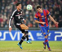 FUSSBALL  CHAMPIONS LEAGUE  SAISON 2011/2012 Achtelfinale Hinspiel  22.02.2012 FC Basel - FC Bayern Muenchen  Mario Gomez (li, FC Bayern Muenchen)  gegen David Abraham (FC Basel)