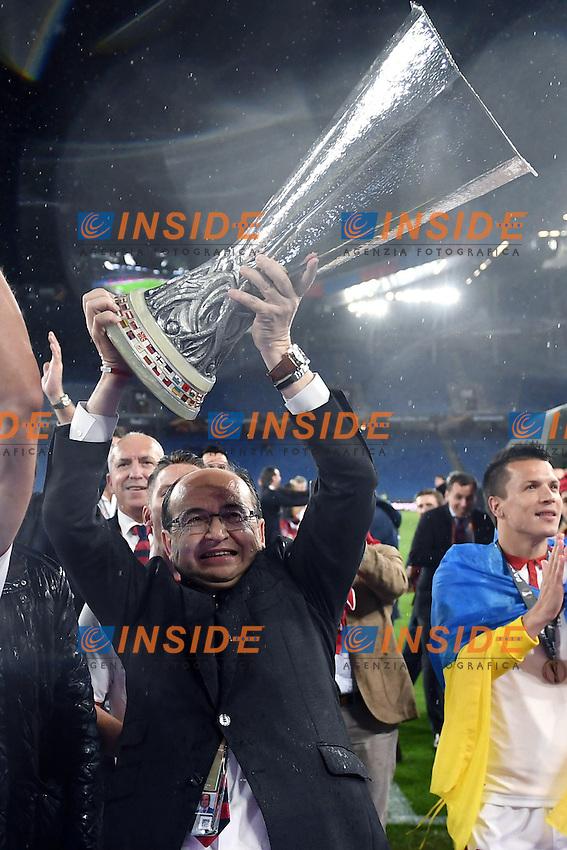 Jose' Castro con la coppa<br /> Basilea (Svizzera) 18-05-2016 - finale Europa League / Liverpool-Siviglia. <br /> Foto Matteo Gribaudi / Image Sport / Insidefoto