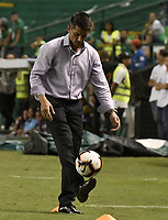 PALMIRA - COLOMBIA, 04-04-2019: Gustavo Florentin técnico de Guarani gesticula durante el partido entre Deportivo Cali de Colombia y Club Guaraní de Paraguay como parte de la Liga Águila I 2019 jugado en el estadio Deportivo Cali de la ciudad de Palmira. / Gustavo Florentin coach of Guarani gestures during match for the first round as part Copa CONMEBOL Sudamericana 2019 between Deportivo Cali of Colombia and Club Guarani of Paraguay played at Deportivo Cali stadium in Palmira city.  Photo: VizzorImage / Gabriel Aponte / Staff