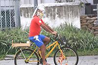 Rio de Janeiro (RJ), 14/05/2020 - Covid-19-Rio - Homem improvisa máscara no mínimo inusitada e pedala pelas ruas do centro do Rio de Janeiro, nesta quinta-feira (14).