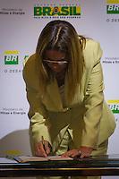 RIO DE JANEIRO, RJ, 13 DE FEVEREIRO DE 2012 -Cerimônia de Posse da nova Presidente da Petrobrás  - A nova Presidente da Petrobras, Graça Foster, assinando pela primeira vez como Presidente, na sede da Petrobras.<br /> FOTO GLAICON EMRICH - NEWS FREE.