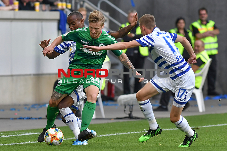 11.08.2019, Schauinsland-Reisen-Arena, Duisburg, GER, DFB-Pokal, MSV Duisburg vs SpVgg Greuther Fuerth, DFL regulations prohibit any use of photographs as image sequences and/or quasi-video<br /> <br /> im Bild Leroy-Jacques Mickels (#20, MSV Duisburg) Marvin Stefaniak (#34, SpVgg Greuther Fürth / Fuerth) Arne Sicker (#17, MSV Duisburg) <br /> <br /> Foto © nordphoto/Mauelshagen