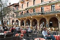 Italy, Veneto, Lake Garda, Torri del Benaco: small harbour at East Bank of Lake Garda, sidewalk cafes | Italien, Venetien, Gardasee, Torri del Benaco: kleiner Hafen am Ostufer des Gardasees, Cafes