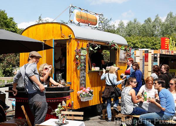 Festival in Amsterdam, De Rollende Keukens.  Rijdende keukens waar bijzondere snacks worden verkocht, zoals gefrituurde sprinkhanen of vegetarische gyros. Monsieurs Croquette