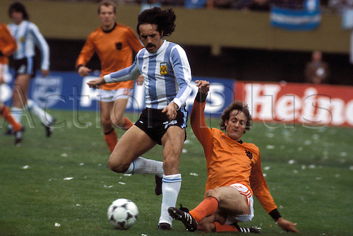 25.06.1978 Leopoldo Luque (Argentina) beats Ruud Krol (Holl) during the 1978 world cup football final. Argentina versus Holland 3:1  BuenAires
