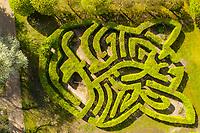 France, Indre-et-Loire, Lémeré, jardins et château du Rivau au printemps (avril), le labyrinthe fait de charmilles (vue aérienne)