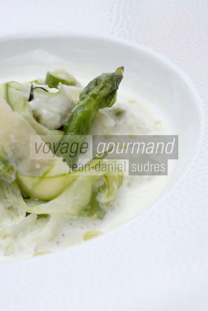 """Europe/France/Aquitaine/33/Gironde/Bassin d'Arcachon/Gujan-Mestras:  Rizotto d'asperges etcourgettes recette de Vincent Pujo chef du Restaurant """"La Guérinière"""""""