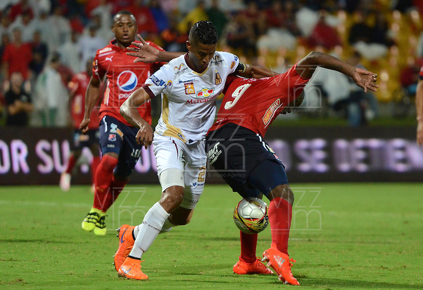 MEDELLIN - COLOMBIA -09-10-2016: Juan F. Caicedo (Der.) jugador de Deportivo Independiente Medellin disputa el balon con Fainer Torijano (Izq.) jugador de Deportes Tolima, durante partido aplazado por la fecha 15 entre Deportivo Independiente Medellin y Deportes Tolima, de la Liga Aguila II 2016, en el estadio Atanasio Girardot de la ciudad de Medellin. / Juan F. Caicedo (R) player of Deportivo Independiente Medellin fights for the ball with Fainer Torijano (L) player of Deportes Tolima, during a posponed match for the date 15 between Deportivo Independiente Medellin and Deportes Tolima, of the Liga Aguila II 2016 at the Atanasio Girardot stadium in Medellin city. Photos: VizzorImage  / Leon Monsalve / Cont.