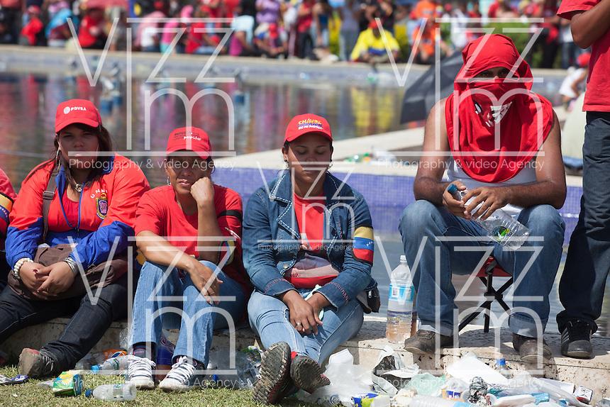 CARACAS - VENEZUELA 08-03-2013, gente espera para darle el último respeto a Chávez durante el funeral de estado. El lider y  presidente de Venezuela, Hugo Chávez Frías, falleció el pasado martes 5 de marzo de 2013 a causa de un cancer a la edad de 58 años./ People wait to give the last respects to Chavez during the state of funeral. The leader and president of Venezuela, Hugo Chavez Frias who died by cancer the past March 5th of 2013 at the age of 58. Photo: VizzorImage / CONT