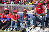 CARACAS - VENEZUELA 08-03-2013, gente espera para darle el último respeto a Chávez durante el funeral de estado. El lider y  presidente de Venezuela, Hugo Chávez Frías, falleció el pasado martes 5 de marzo de 2013 a causa de un cancer a la edad de 58 años./ People wait to give the last respects to Chavez during the state of funeral. The leader and president of Venezuela, Hugo Chavez Frias who died by cancer the past March 5th of 2013 at the age of 58. Photo: VizzorImage / CONT