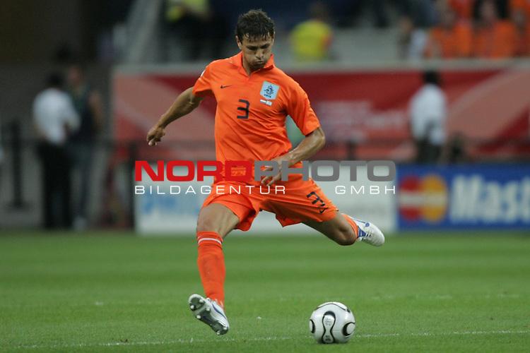 FIFA WM 2006 -  Gruppe C Vorrunde ( Group C )<br /> Play     #37 (21-Jun) - Niederland ( Holland ) - Argentinien 0:0<br /> <br /> Khalid Boulahrouz von Niederlande in Einzel Aktion.<br /> Khalid Boulahrouz spielt den Ball.<br /> <br /> Foto &copy; nordphoto