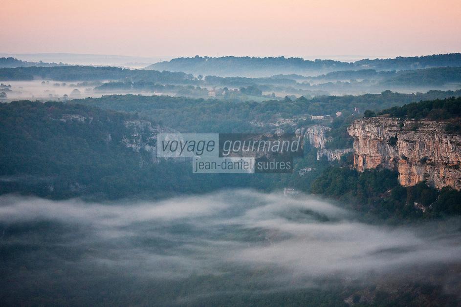 Europe/Europe/France/Midi-Pyrénées/46/Lot/Autoire: Vue aérienne des falaises du Cirque d'Autoire dans la brume