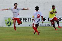 ILHABELA, 14 DE JANEIRO DE 2014 - ESPORTES - FUTEBOL - 45ª COPA SÃO PAULO DE FUTEBOL JÚNIOR - PORTUGUESA - SP X GRÊMIO OSASCO - SP-  Samoel (E) comemora após marcar seu gol Durante partida entre a equipe do Osasco, Válida pela rodada da segunda fase  da copa São Paulo Júnior, no estádio Municipal de Ilhabela, nesta terça (14) as 16h. FOTOS: Dorival Rosa/ Brazil Photo Press).