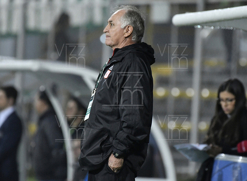 BOGOTÁ - COLOMBIA, 10-11-2018: Fernando Castro técnico de América gesticula durante partido entre La Equidad y América de Cali por la fecha 19 de la Liga Águila II 2018 jugado en el estadio Metropolitano de Techo de la ciudad de Bogotá. / Fernando Castro coach of America de Cali gestures during match between La Equidad and America de Cali for the date 19 of the Aguila League II 2018 played at Metropolitano de Techo stadium in Bogotá city. Photo: VizzorImage/ Gabriel Aponte / Staff
