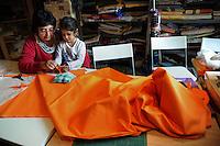 """Donne rom bosniache insegnano lavori di sartoria a due donne somale e una ragazza eritrea,rifugiate politiche e tirocinanti del progetto """"Formare per fare"""".La dottoressa Cristina Rosselli, responsabile del progetto..Bosnian Roma women teach the  tailoring work to two Somali women and a Eritrean girl, political refugees and trainees of the project """"Training to doing""""."""