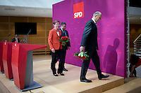 Die SPD-Spitzenkandidatin Heike Taubert, Bundeswirtschaftsminister und Vizekanzler Sigmar Gabriel (SPD) und SPD-Spitzenkandidat Dietmar Woidke verlassen am Montag (15.09.14) in Berlin nach einer Pressekonferenz zu den Landtagswahlen in Brandenburg und Th&uuml;ringen die B&uuml;hne.<br /> Foto: Axel Schmidt/CommonLens