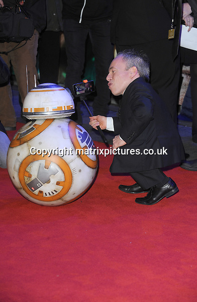 NON EXCLUSIVE PICTURE: PAUL TREADWAY / MATRIXPICTURES.CO.UK<br /> PLEASE CREDIT ALL USES<br /> <br /> WORLD RIGHTS<br /> <br /> English actor Warwick Davies attending the European Premiere of Star Wars: The Force Awakens in Leicester Square, in London.<br /> <br /> DECEMBER 16th 2015<br /> <br /> REF: PTY 153700