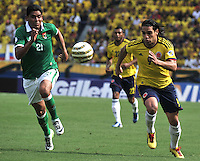 BARRANQUILLA - COLOMBIA -22-03-2013: Radamel Falcao Garcia (Der.) de Colombia disputa el balón con Edward Zenteno (Izq.) de Bolivia durante  partido Colombia - Bolivia en el Estadio Metropolitano Roberto Meléndez en la ciudad de Barranquilla, marzo 22 de 2013. Partido de la 11 ª fecha de las Clasificatorias Sudamericanas para la Copa Mundial de la FIFA Brasil 2014. (Foto: VizzorImage / Luis Ramírez / Staff). Radamel Falcao Garcia (R) of  Colombia figths the ball with Edward Zenteno (R) of Bolivia during a match Colombia - Bolivia  at the Metropolitan Stadium Roberto Melendez in Barranquilla city, on March 16, 2013. Game of the 11th round of the South American Qualifiers for the FIFA World Cup Brazil 2014. (Photo: VizzorImage / Luis Ramirez / Staff.)
