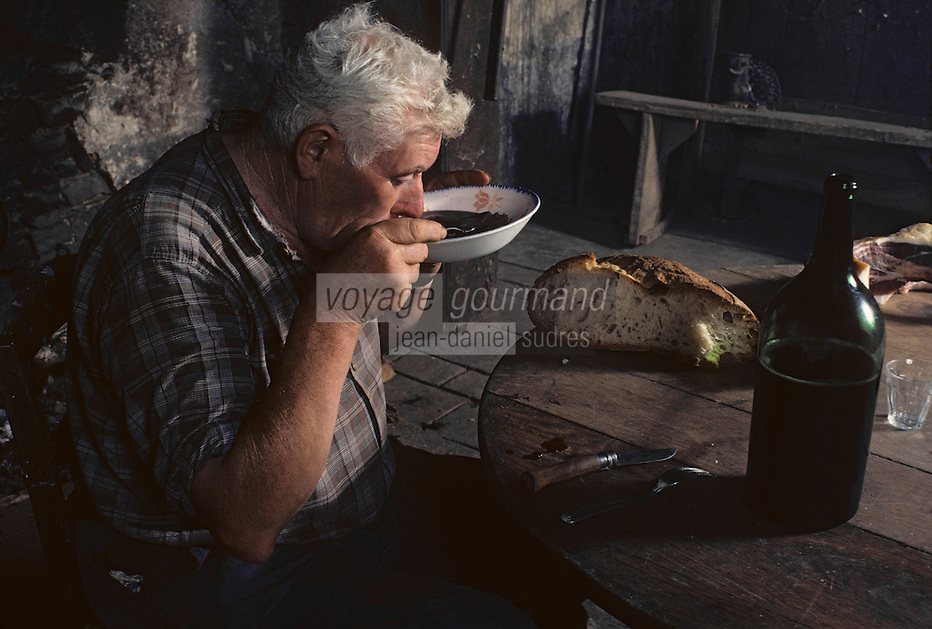 Europe/France/Midi-Pyrénées/46/Lot/Haut-Quercy/Salviac : Paysan faisant chabrot<br /> PHOTO D'ARCHIVES // ARCHIVAL IMAGES<br /> FRANCE 1980