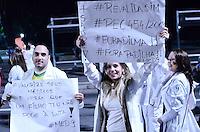 SAO PAULO, SP,03 de julho 2013- Médicos e estudantes de Medicina participam nesta quarta-feira, 03, na Avenida Paulista, região central de São Paulo, da mobilização nacional contra o plano do governo federal de trazer profissionais estrangeiros ao Brasil para trabalhar com atenção básica à saúde em cidades do interior. Os manifestantes caminharam da Associação Médica Brasileira até a sede da Representação da Presidência da República na Avenida Paulista.   ADRIANO LIMA / BRAZIL PHOTO PRESS).