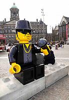 Nederland  Amsterdam - 2020.   Op de Dam in Amsterdam staat een standbeeld van André Hazes. Het beeld is gemaakt van LEGO.<br /> Het is een werk van straatkunstenaar Streetart Frankey (Frank de Ruwe). Hij maakte het in opdracht van de lokale ondernemersvereniging, die hem vroeg de betonblokken op de Dam op te vrolijken.  Foto  ANP / Hollandse Hoogte / Berlinda van Dam