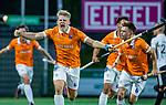 AMSTELVEEN -  Jasper Brinkman (Bldaal) heeft de stand op 0-1 gebracht tijdens de play-offs hoofdklasse  heren , Amsterdam-Bloemendaal (0-2). rechts Thierry Brinkman (Bldaal) en Glenn Schuurman (Bldaal)  COPYRIGHT KOEN SUYK