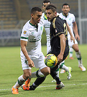 BOGOTA -COLOMBIA. 10-03-2014.  Carlos Lizarazo (Izq)  del Deportivo Cali  disputa el balon contra  John Sandoval de Fortaleza F.C.  partido por la decima   fecha de La Liga Postobon 1 disputado en el estadio Metropolitano de Techo . /   Carlos Lizarazo (L) of Deportivo Cali  fights the ball  against  John Sandoval  of Fortaleza F.C.  of  tenth round during the match  of The Postobon one league  at the Metropolitano of Techo Stadium . Photo: VizzorImage/ Felipe Caicedo / Staff