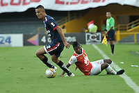 BOGOTA - COLOMBIA - 14-05-2016: William Palacio (Der.) jugador de Independiente Santa Fe disputa el balón con Luciano Ospina (Izq.) jugador de Fortaleza FC, durante partido por la fecha 18 entre Independiente Santa Fe y Fortaleza FC, de la Liga Aguila I-2016, en el estadio Nemesio Camacho El Campin de la ciudad de Bogota. / William Palacio (R) player of Independiente Santa Fe struggles for the ball with Luciano Ospina (L) player of Fortaleza FC, during a match of the date 18 between Independiente Santa Fe and Fortaleza FC, for the Liga Aguila I -2016 at the Nemesio Camacho El Campin Stadium in Bogota city, Photo: VizzorImage / Luis Ramirez / Staff.