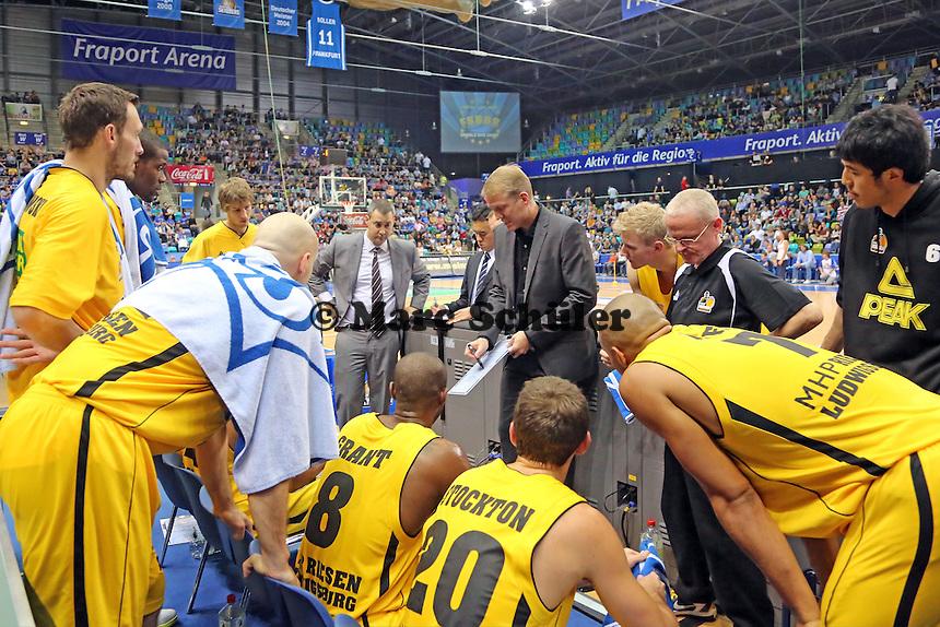 Trainer John Patrick (Ludwigsburg) bei seiner Ansprache - Fraport Skyliners vs. MHP Riesen Ludwigsburg, Fraport Arena Frankfurt