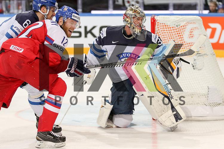 Finnlands Rinne, Pekka (Nr.35)(Nashville Predators) geholfen von Finnlands Mantyla, Tuukka (Nr.6)(Amur Khabarovsk) im Zweikampf mit Tschechiens Novotny, Jiri (Nr.12)(Lokomotiv Yaroslavi)  im Spiel IIHF WC15 Czech Republic vs. Finland.<br /> <br /> Foto &copy; P-I-X.org *** Foto ist honorarpflichtig! *** Auf Anfrage in hoeherer Qualitaet/Aufloesung. Belegexemplar erbeten. Veroeffentlichung ausschliesslich fuer journalistisch-publizistische Zwecke. For editorial use only.