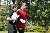 SÃO PAULO, SP, 04.08.2015 - FUTEBOL-SÃO PAULO -  Milton Cruz e Rogerio Ceni  durante treino do São Paulo Futebol  no Centro de Treinamento da Barra Funda, na manhã desta terça-feira (04).(Foto: Adriana Spaca/Brazil Photo Press)