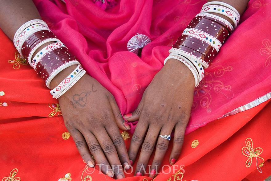 Rajasthani dancer/girl wearing bracelets, Thar Desert, Rajasthan, India --- Model Released