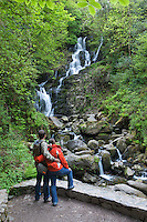 Ireland, County Kerry, near Killarney, Killarney National Park,Torc waterfall with couple in foreground | Irland, County Kerry, bei Killarney, Killarney National Park, Torc Wasserfall