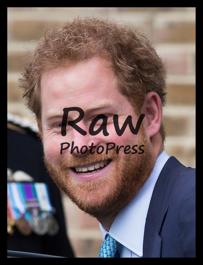 El Pr&iacute;ncipe Enrique de Inglaterra ha visitado Mildmay, un centro hospitalario de tratamiento contra el sida en Londres.<br /> <br /> Image licensed to i-Images Picture Agency. 14/12/2015. London, United Kingdom. Prince Harry arriving at Mildmay, a dedicated HIV hospital and charity in east London,United Kingdom, that his mother Diana, Princess of Wales used to visit.   Picture by Stephen Lock / i-Images