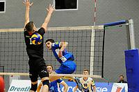 GRONINGEN - Volleybal, Lycurgus - Taurus,  seizoen 2018-2019, 08-12-2018 Lycurgus speler Frits van Gestel slat de bal langs het blok