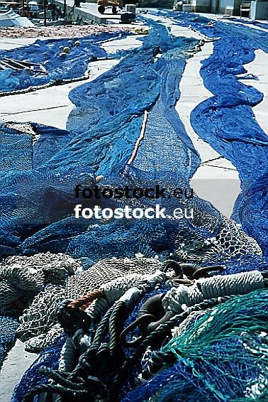 blue fishing nets drying in the sun<br /> <br /> redes de pesca azules secando en el sol<br /> <br /> blaue Fischernetze trockenen in der Sonne<br /> <br /> 566 x 387 px<br /> Original: 35 mm slide transparency