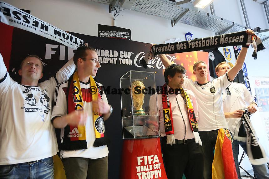 Coupe Jules Rimet auf dem Sockel mit Vertretern des FAnclub Nationalmannschaft bei der Verabschiedung des WM-Pokals nach Brasilien- Eintracht Frankfurt verabschiedet den WM Pokal