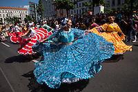 Berlin, Verkleidete Teilnehmer des traditionellen Strassenumzugs des Karnevals der Kulturen ziehen am Sonntag (19.05.13) durch Berlin. Der Umzug bildet den Hoehepunkt eines viertaegigen Strassenfestes. Foto: Maja Hitij/CommonLens