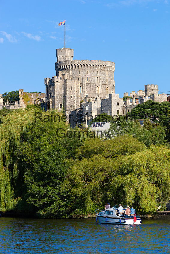 Great Britain, England, Berkshire, Windsor: boat on River Thames with Windsor Castle | Grossbritannien, England, Berkshire, Windsor: Schloss Windsor an der Themse