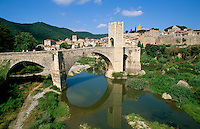 Spain, Catalunya, Besalu: Medieval town and bridge over Fluvia River | Spanien, Katalonien, Besalu: mittelalterliches Staedtchen am Fusse der Pyrenaeen, Bruecke von Besalu aus dem 12. Jahrhundert ueber den Fluss Fluvia