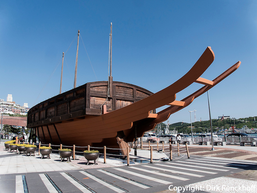 Schildkr&ouml;tenboot am F&auml;hrhafen In Yeosu, Provinz Jeollanam-do, S&uuml;dkorea, Asien<br /> turtle boat at ferry port in Yeosu, province Jeollanam-do, South Korea, Asia