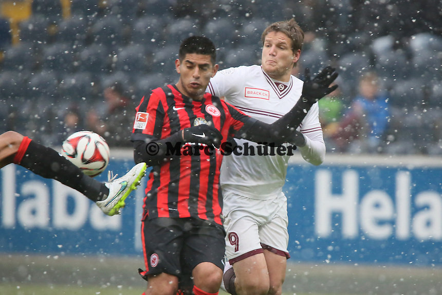Carlos Zambrano (Eintracht) gegen Jocelyn Roux (Genf)  - Eintracht Frankfurt vs. Servette Genf, Commerzbank Arena