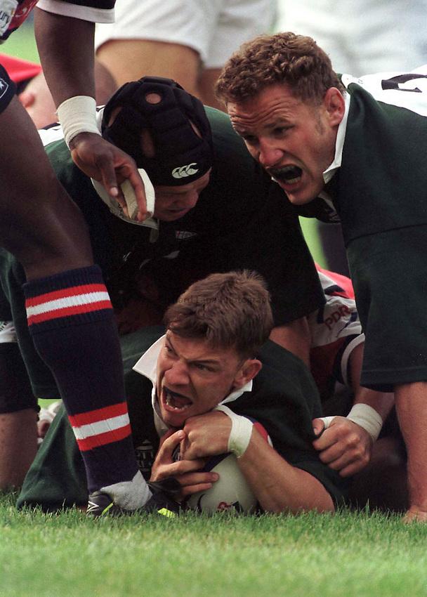Photo. Richard Lane..Gloucester v London Irish. 5/9/98. Matt Jones scores on his London Irish debut.